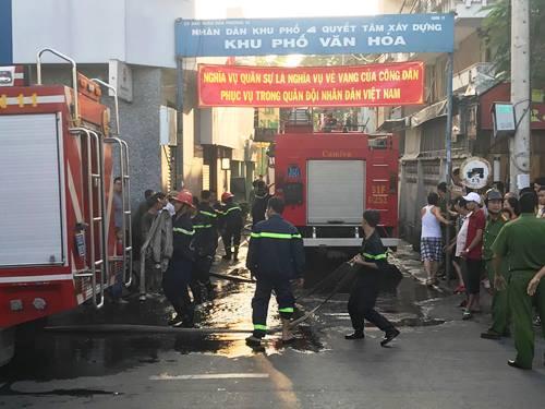 Sau hơn 1 giờ, cảnh sát PCCC mới khống chế được đám cháy