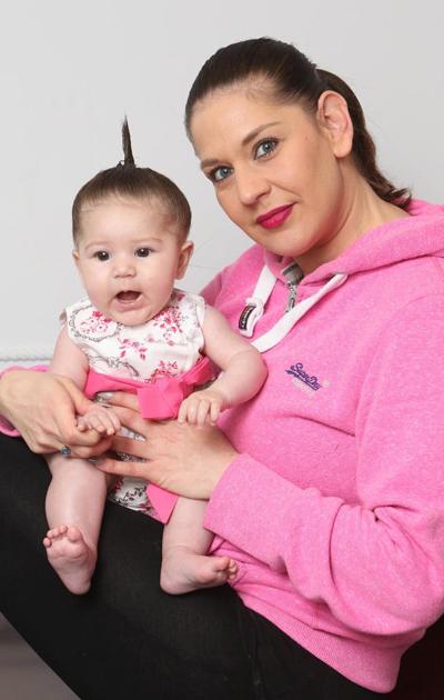 Bé Sophie-Mae trong vòng tay mẹ Laura. Ảnh: East News Press Agency