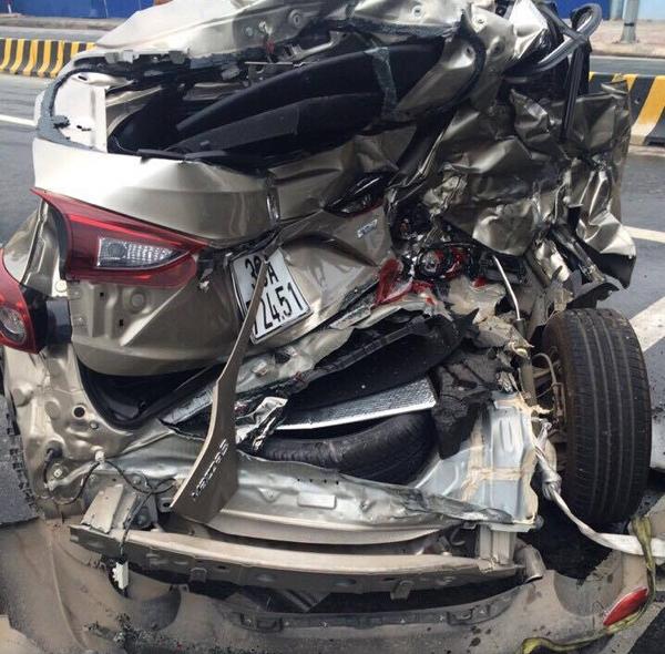 Chiếc xe ô tô Mazda bị bẹp dúm sau vụ va chạm.
