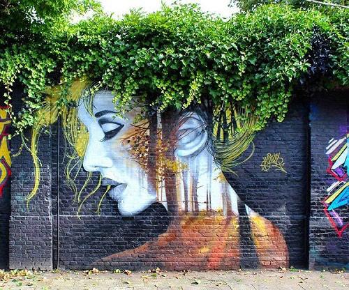 Bức tường gạch màu tối bỗng bừng sáng với hình ảnh một cô gái gợi cảm