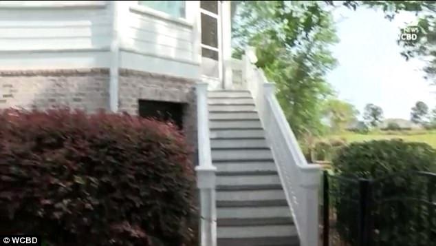 Con vật hung hãn đã leo qua cánh cửa và 15 bậc cầu thang để lên tầng 2 của ngôi nhà.