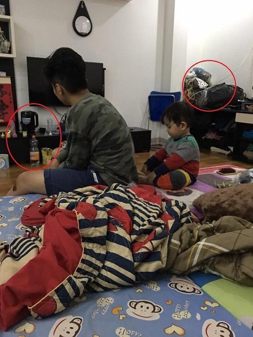 Căn nhà của vợ chồng Khánh Thi - Phan Hiển giản dị nhưng lại có nhiều đồ đạc rối mắt nên hơi bừa bộn.