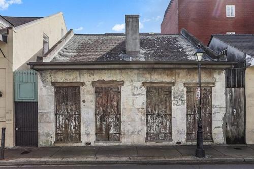 Mặt trước của ngôi nhà cũ nát.