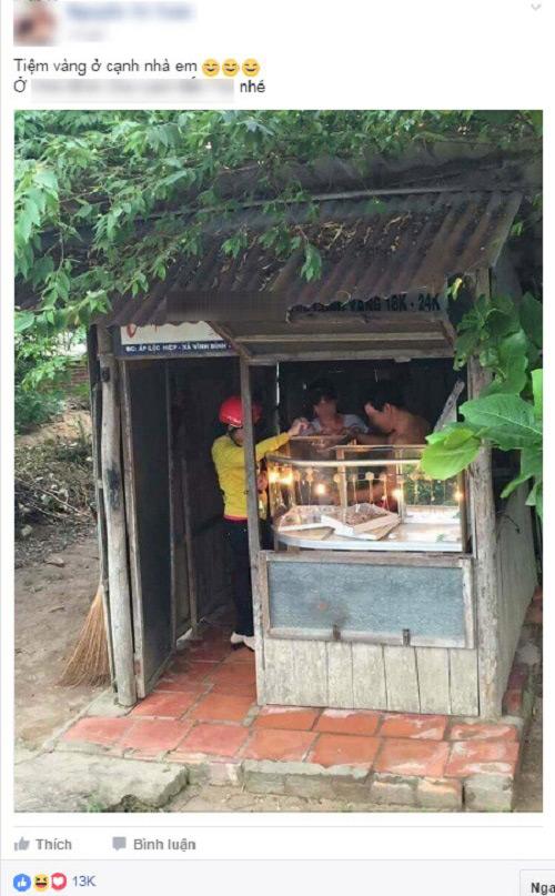 Tiệm vàng nhỏ xíu nhưng vẫn có khá nhiều người vào mua.
