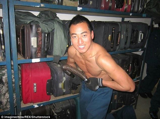 Zhou hiện trở thành tâm điểm chú ý trên mạng sau hành động nỗ lực cứu người.