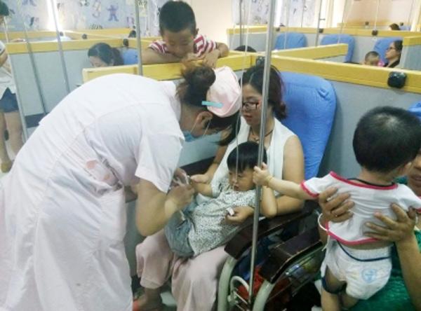 May mắn thay, nhờ có sự chăm sóc của bác sĩ mà Lượng Lượng đã hồi phục dần dần.