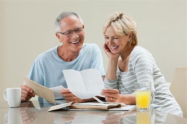 Rèn luyện và duy trì thói quen nói chuyện từ tốn, thong thả cũng là một cách để bảo vệ sức khỏe đối với người cao tuổi. (Ảnh minh họa).