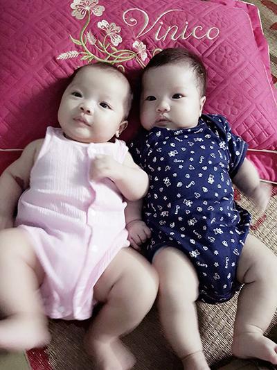 Minh Phúc và Minh Tuệ 4 tháng tuổi đều được hơn 6kg. Ảnh: NVCC.