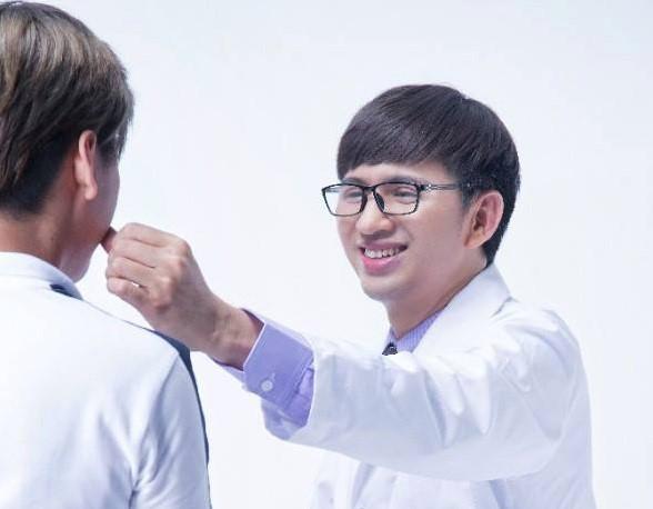 Chuyên gia phẫu thuật thẩm mỹ Vũ Sơn (phải) tư vấn cho khách hàng. Ảnh: NVCC.