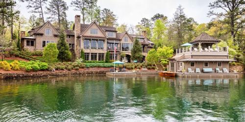 Đây là biệt thự thuộc sở hữu của ca sĩ nổi tiếng Alan Jackson, tọa lạc tại Clarkesville, Georgia, nước Mỹ.
