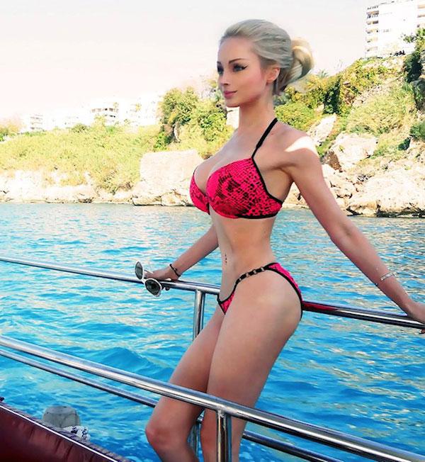 Valeria Lukyanova sở hữu vòng eo nhỏ 46 cm, khiến nhiều người khó tin.
