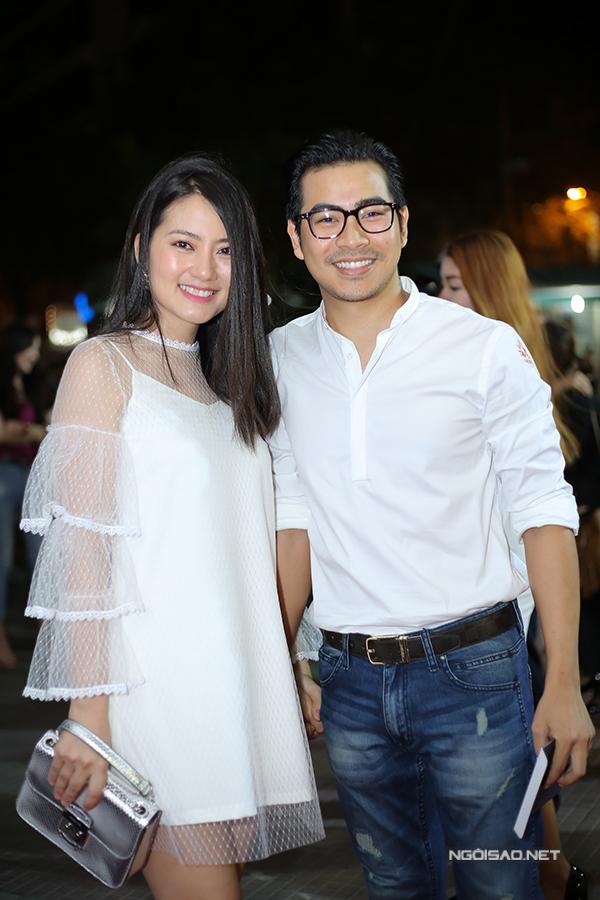 Vợ chồng Ngọc Lan - Thanh Bình trốn con trai đi xem phim.