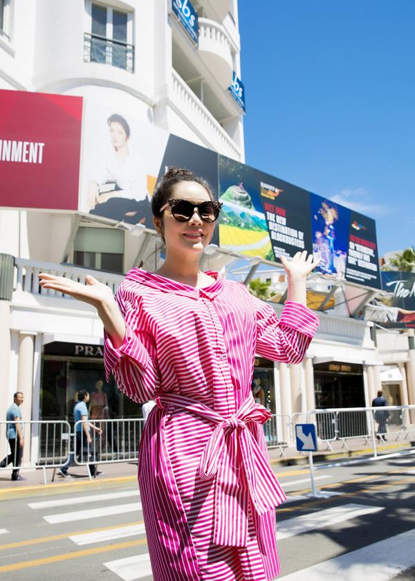 Người đẹp tự hào trước 3 tấm pano quảng bá cho du lịch Việt Nam đặt tại đại lộ Cannes.
