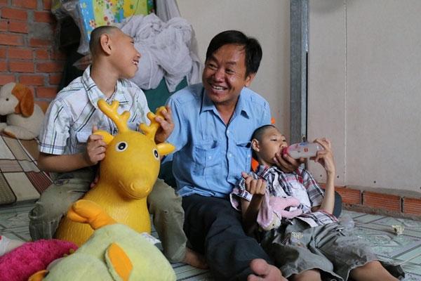 Hoàn cảnh và nghị lực sống của anh Nghị, người cha nuôi hai con bị bệnh teo não khiến hàng triệu khán giả chương trình Hát mãi ước mơ xúc động.