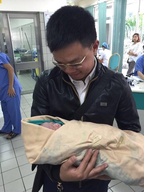 Sau nhiều năm điều trị hiếm muộn, các ông bố bà mẹ đã được tận hưởng hạnh phúc bế đứa con bé bỏng trên tay.