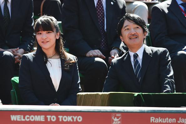 Hoàng tử Akishino và con gái đầu, Công chúa Mako, theo dõi một trận đấu quần vợt được tổ chức tại Tokyo, Nhật Bản, ngày 7/10/2015. Ảnh: Getty.