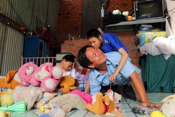Người cha nuôi 2 con bại não lên tiếng xin lỗi các nhà hảo tâm gây xôn xao dư luận.