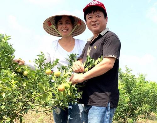 Hai vợ chồng NSƯT Chiều Xuân và nhạc sĩ Đỗ Hồng Quân về thăm khu vườn và thu hoạch hoa quả.