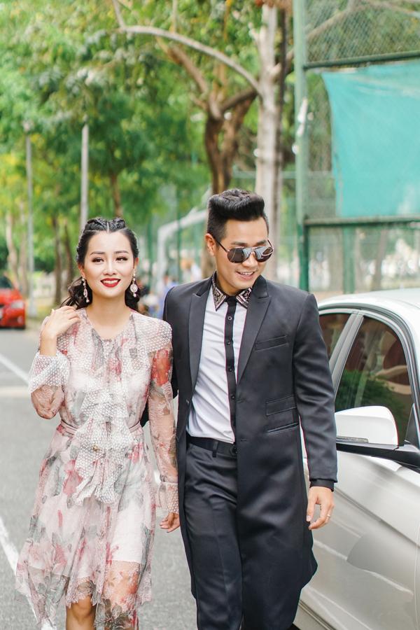 Trong khi Quỳnh Chinữ tính với váy hoa điệu đà của một thương hiệu thời trang nổi tiếng thì Nguyên Khang diện trang phục của NTK Chung Thanh Phong.