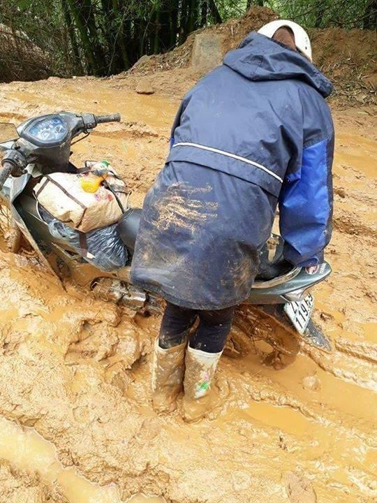 Con đường ngập bùn đất khiến chiếc xe máy không thể di chuyển. Ảnh: Facebook N.B.T