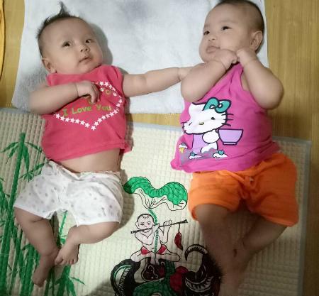 Hai cô con gái đáng yêu của chị Quyên, anh Nguyện vừa tròn 3,5 tháng.