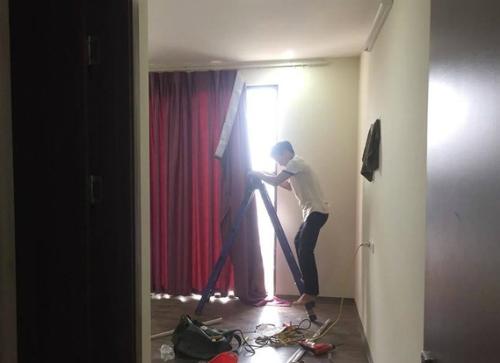 Sau khi phát hiện mình lắp rèm ở nhầm nhà, thợ lắp đành xin lỗi và thu dọn đồ ra về. Anh Quý không muốn bắt đền vì thấy họ cũng nói lời xin lỗi. Ảnh: NVCC.
