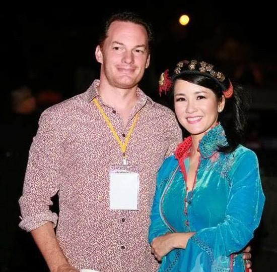 Ông xã người ngoại quốc rất tâm lý với Hồng Nhung, luôn thể hiện tình yêu và quan tâm dù anh là nhà kinh doanh rất bận rộn