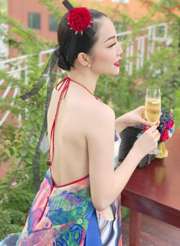 Linh Nga sở hữu làn da trắng mịn, nuột nà. Người đẹp chăm sóc dung nhan kỹ lưỡng hàng ngày.