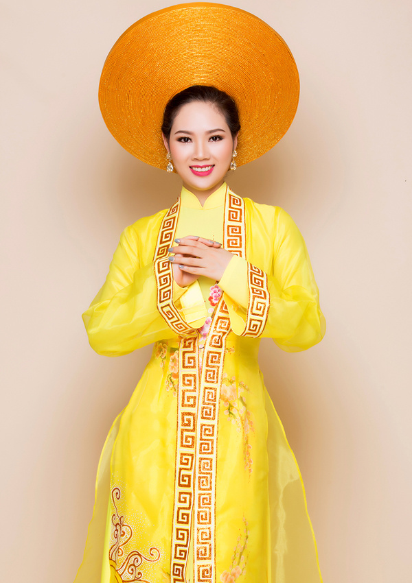 Hoa hậu Việt Nam 2002 vừa làm mẫu cho bộ sưu tập áo dài cưới 2017 của nhà thiết kế Minh Châu.