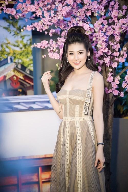 Á hậu Tú Anh diện váy cúp ngực gợi cảm.