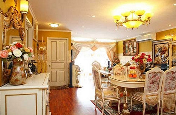 Mỗi căn phòng trong nhà được trang trí bởi màu sắc khác nhau để tạo nên cảm giác đa chiều.