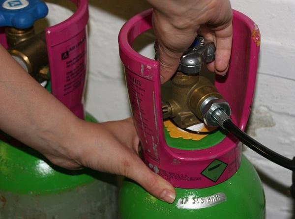 Không khóa bình gas khiến khí gas dễ bị rò rỉ ra ngoài khi dây dẫn hay van bị hỏng, nứt. (Ảnh minh họa)