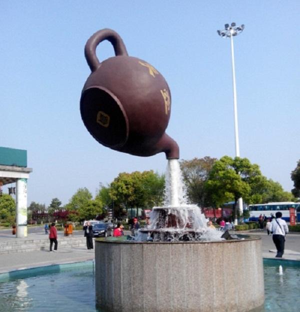 Ấm trà khổng lồ biết bay gây hoang mang.