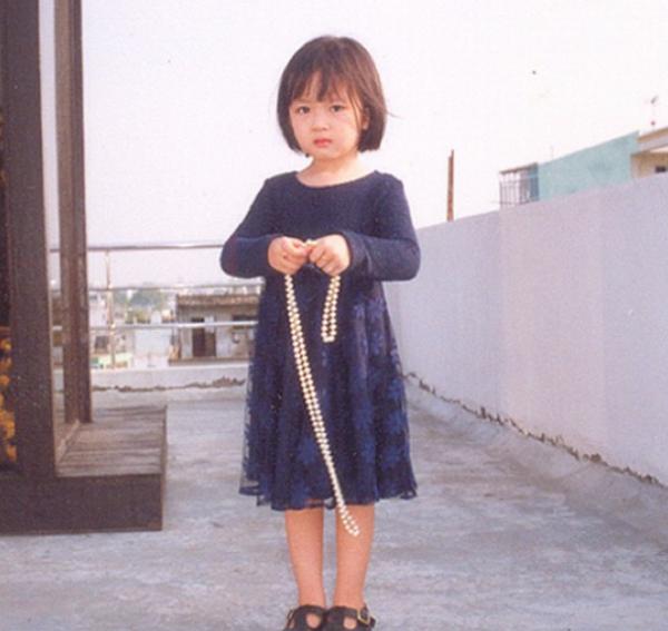 Từ nhỏ, Anh Sa được mẹ hạn chế xuất hiện trước truyền thông.
