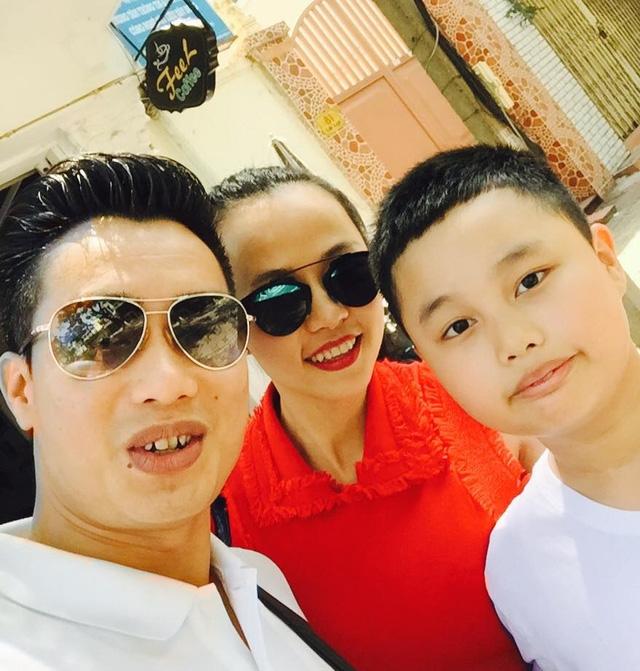 Trên trang cá nhân của mình, Hoa Thanh Tùng thường xuyên đăng tải hình ảnh của vợ con