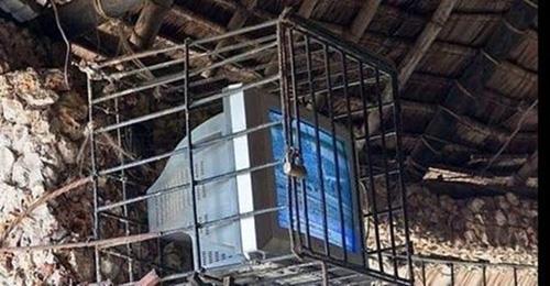 Cả nhà cả cửa có mỗi cái TV, không nhốt vào nó đi đâu mất thì sao?