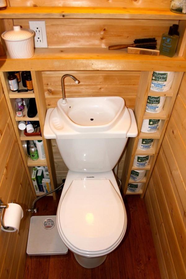 Đây là kiểu thiết bị vệ sinh được sử dụng nhiều trong các gia đình của người Nhật với bồn rửa tay ngay trên bồn cầu. Nước từ bồn rửa tay sẽ chảy xuống phía dưới ngăn chứa nước của bồn cầu để tái sử dụng. Đây là một cách tiết kiệm nước khá hiệu quả và thân thiện với môi trường.
