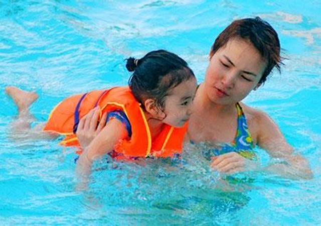 """Dạy trẻ học bơi - một trong những kỹ năng """"sinh tồn"""" cần trang bị cho trẻ trong mùa hè."""
