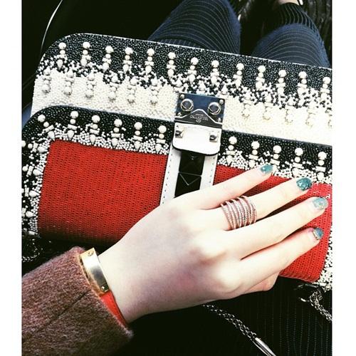 Clutch Valentino được Anh Sa kết hợp cùng các phụ kiện, tạo nên phong cách sang trọng, thanh lịch.