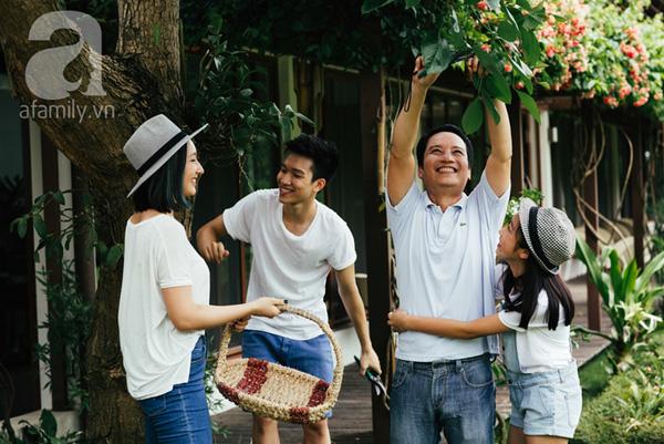 Khu vườn xinh đẹp sẽ lại càng thêm tươi tắn nếu có những nụ cười rạng rỡ của các thành viên trong gia đình như thế này.