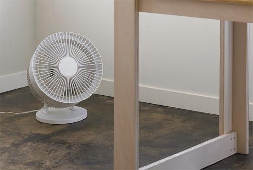 Sử dụng quạt bàn hoặc quạt trần số nhỏ để làm lưu thông không khí trong phòng, tăng hiệu quả làm mát.