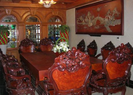 Bộ bàn gỗ hoành tráng trước phòng khách có thể vài chục người khiêng mới nổi. Ảnh: Internet.
