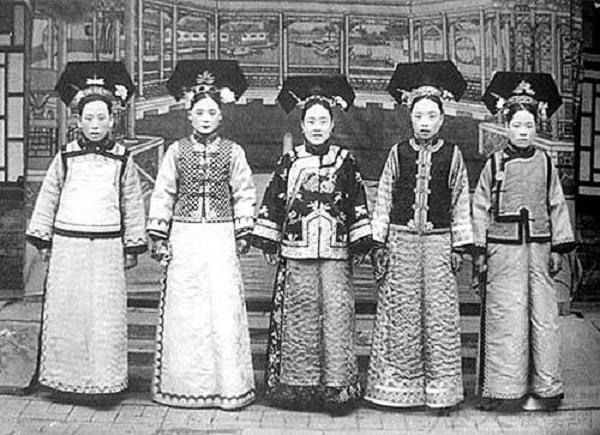 Người đứng giữa được cho là nghĩa nữ của vua Càn Long - Hoàn Châu Cách Cách.