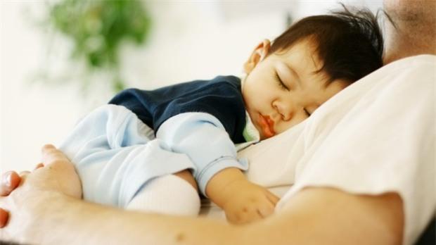 Ít tai ngờ được ngủ như vậy lại có thể vô tình gây nguy hiểm cho bé.