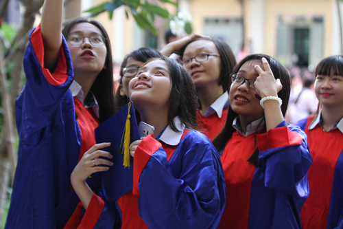 Học sinh lớp 12 trường THPT Nguyễn Du trong lễ trưởng thành. Ảnh: Mạnh Tùng