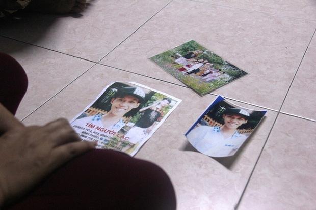 Những bức ảnh của Huy được vợ chồng chị Duyên in ra để đi tìm con.