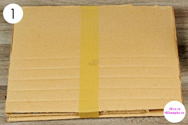 Bước 1: Dính 3 hoặc 4 tấm bìa lại với nhau.