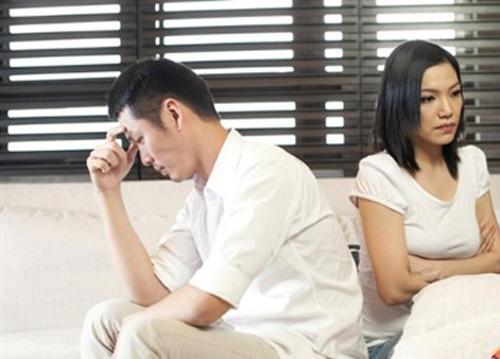 Dù hai vợ chồng vẫn phải thuê nhà nhưng Tuấn đều đặn vẫn gửi tiền về cho mẹ hàng tháng (ảnh minh họa: IT)