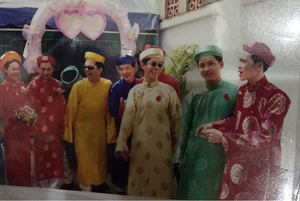 Hình ảnh được chụp trong đám cưới một người bạn thân của cả hai.