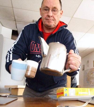 Ông phục vụ bữa sáng tại nhà hàng nơi ông làm thêm năm 2008. Ảnh: The Sun.